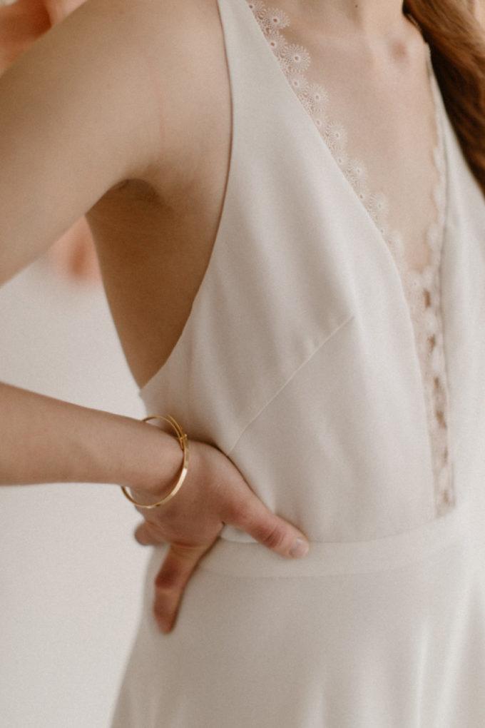 Plan rapproché sur la robe Roxanne, détails du col