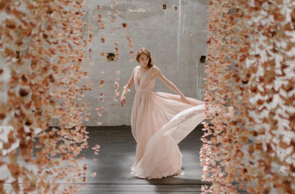Plan large de la robe Timeri en mouvement