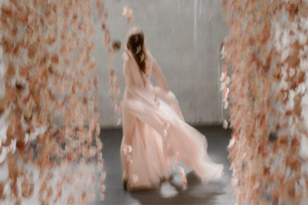 Photo de la robe Timeri de dos et en mouvement