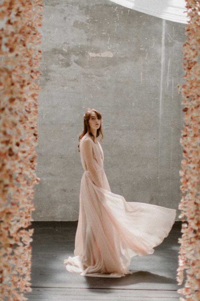 Photo de la robe Timeri en mouvement, de plein pied et de profil
