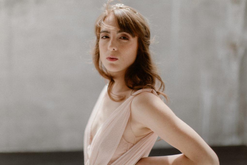 Plan poitrine de la robe Timeri de profil