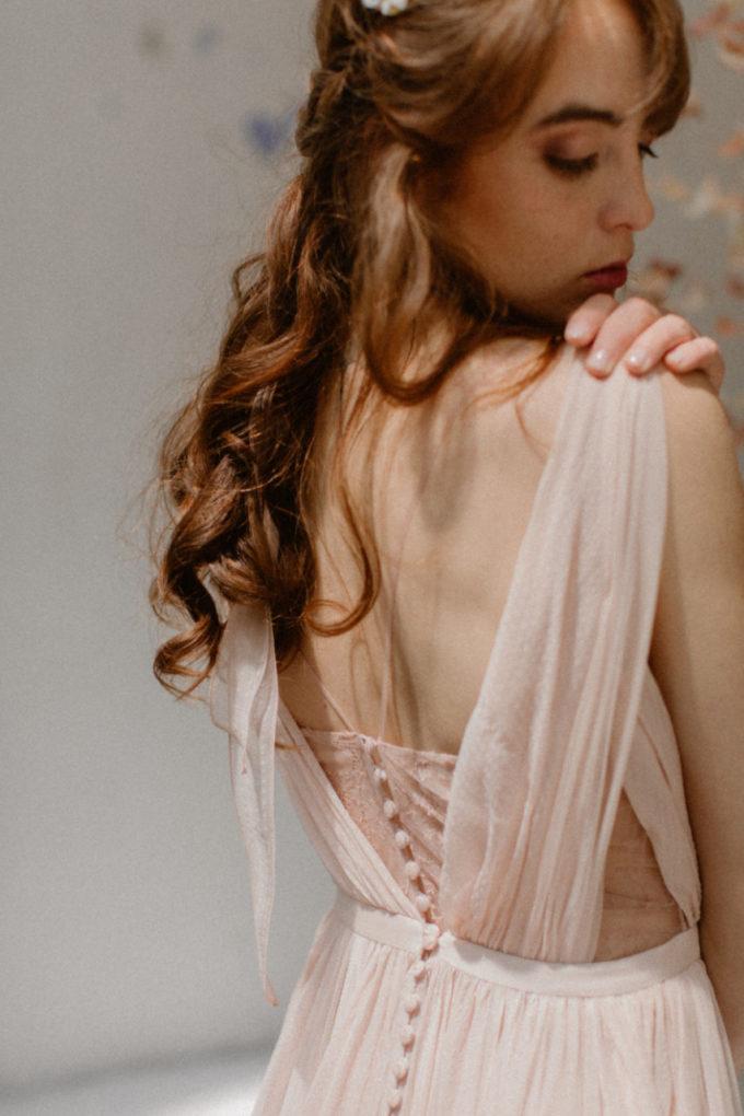 Plan rapproché sur le dos de la robe Timeri