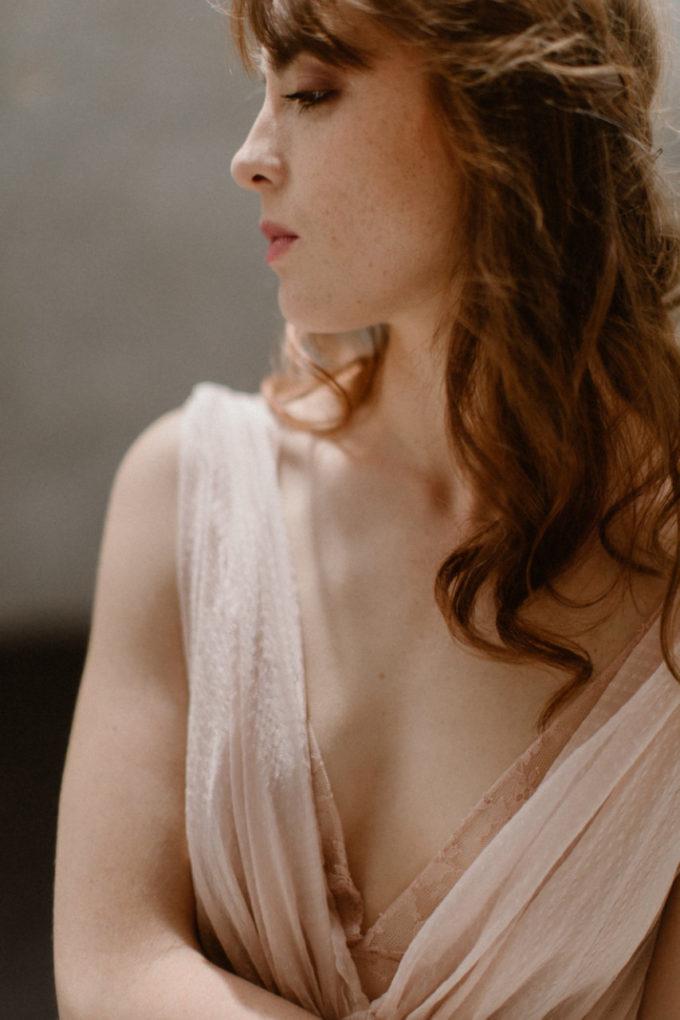 Plan rapproché sur le col de la robe Timeri