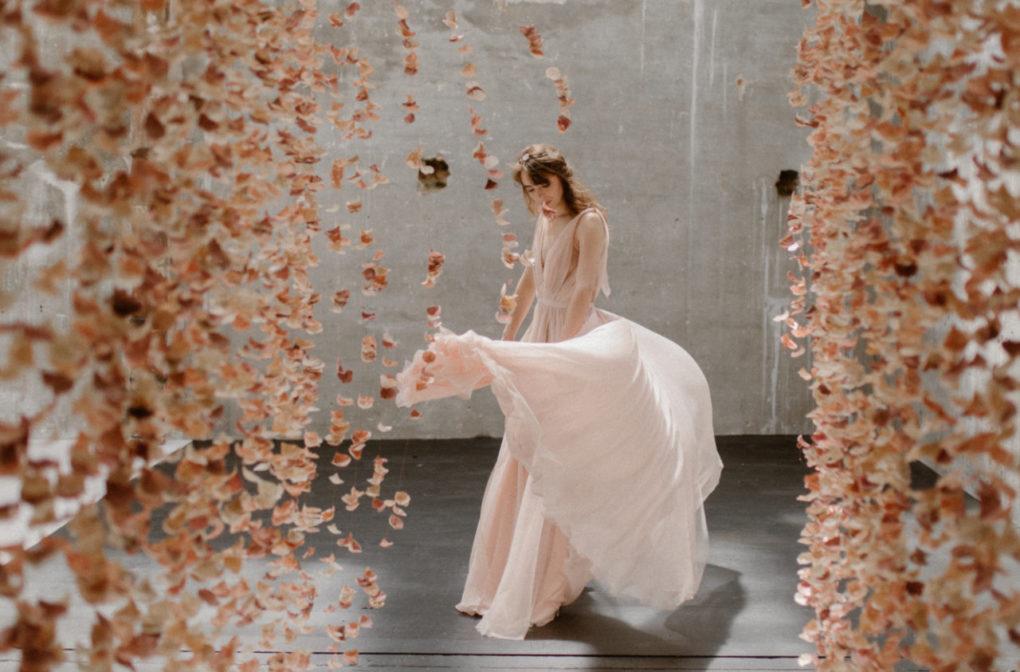 Photo de plein pied de la robe Timeri en mouvement