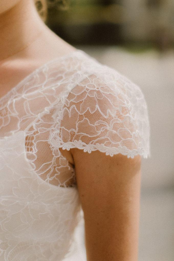 Gros plan sur l'épaule de la robe Eve-Élise