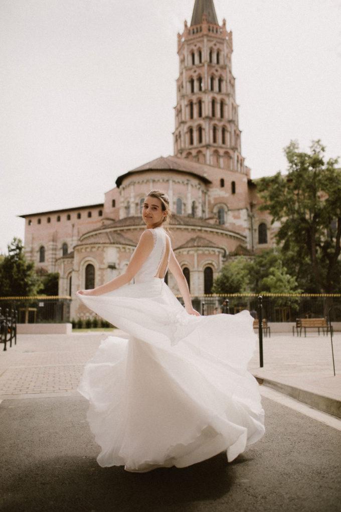 Photo de plein pied de la robe Hannah en mouvement devant la Basilique Saint Sernin, Toulouse
