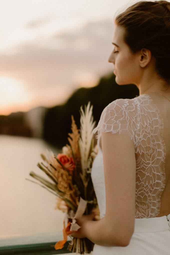 Plan rapproché sur l'épaule de la robe June