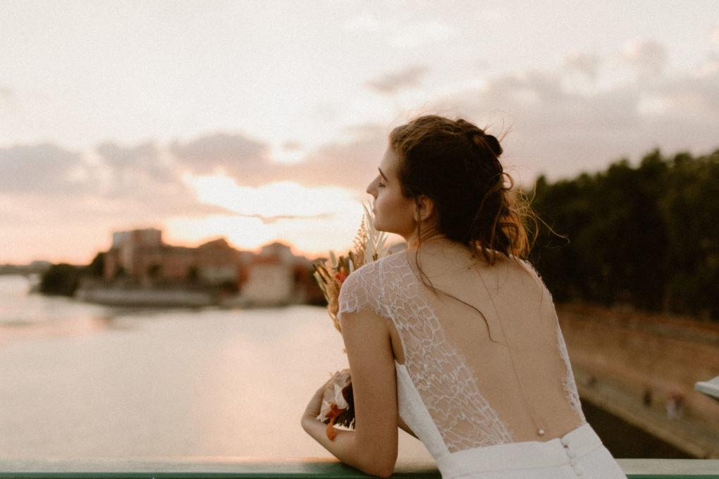 Plan taille de la robe June, de dos, portée sur un pont
