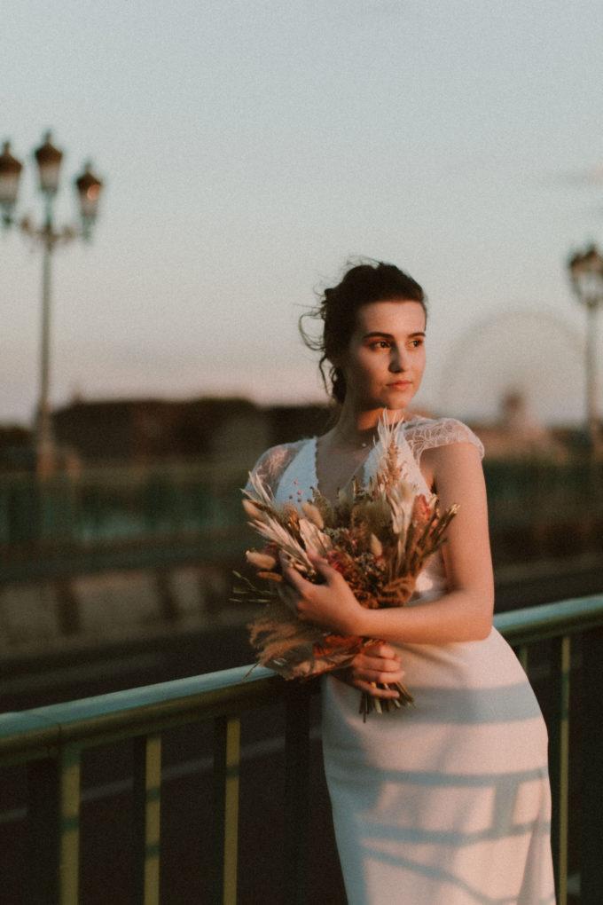 Photo de la robe June au coucher de soleil