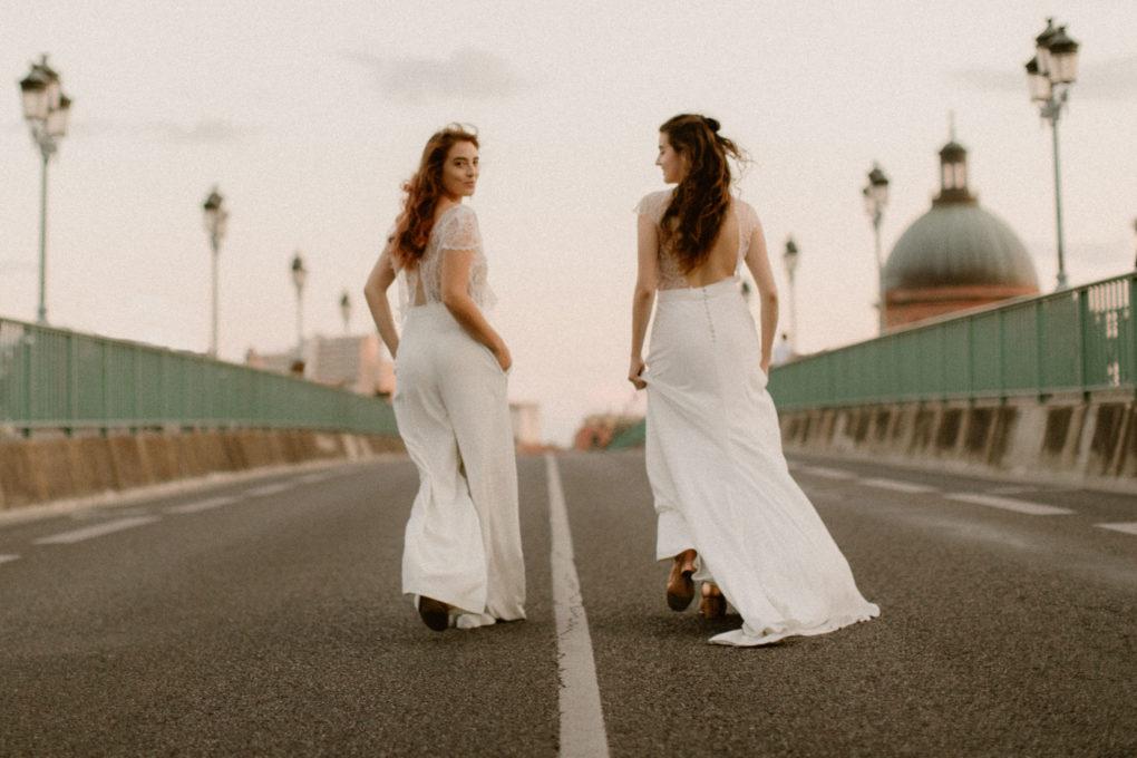 Plan d'ensemble des robes June et Allister de dos portées sur un pont