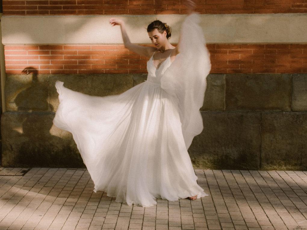 Plan large de la robe Laura, de face et en mouvement