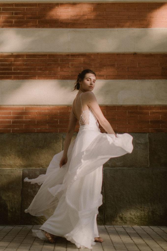 Photo de la robe Laura de plein pied en mouvement