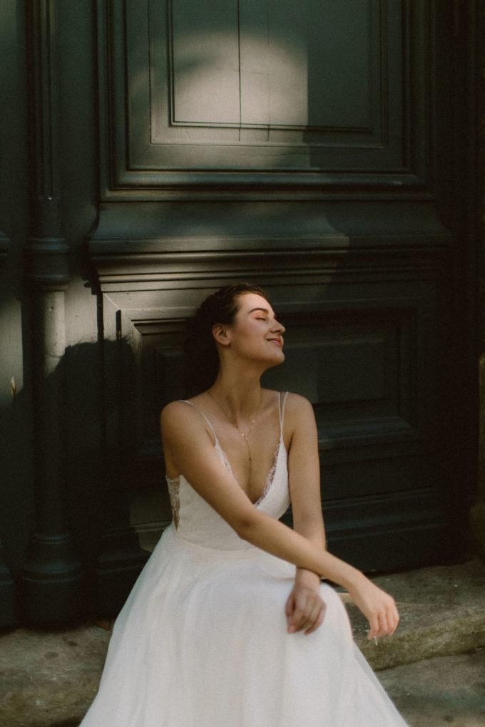 Photo de la robe Laura portée par une femme assise