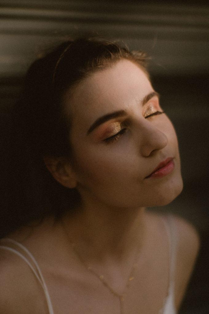 Gros plan sur le maquillage réalisé par la MUA Jolie Couleur, sur le mannequin portant la robe Laura