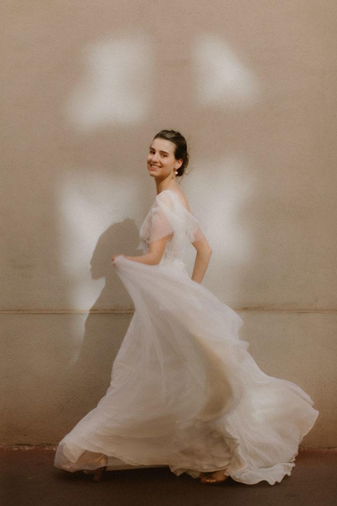 Photo de la robe Lisa portée par une femme qui marche