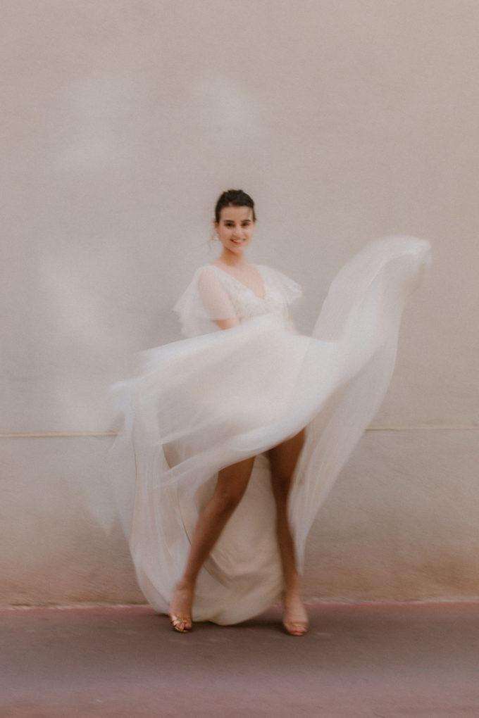 Photo de plein pied de la robe Lisa de face et en mouvement