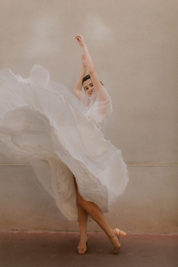 Photo de plein pied de la robe Lisa en mouvement