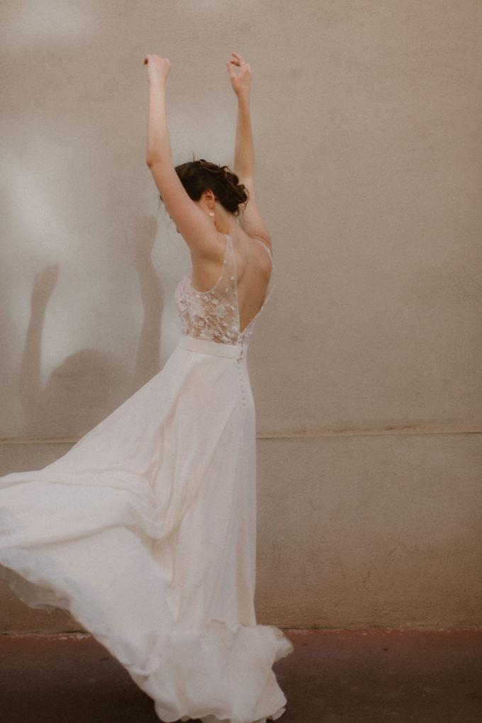 Photo plein pied de dos de la robe Maylis en mouvement