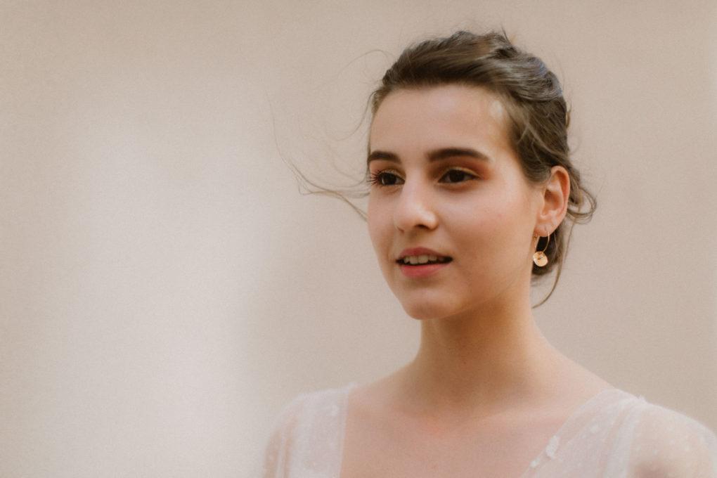 Gros plan sur les épaules de la robe Maylis et les boucles d'oreilles de La Pépite by Pujol