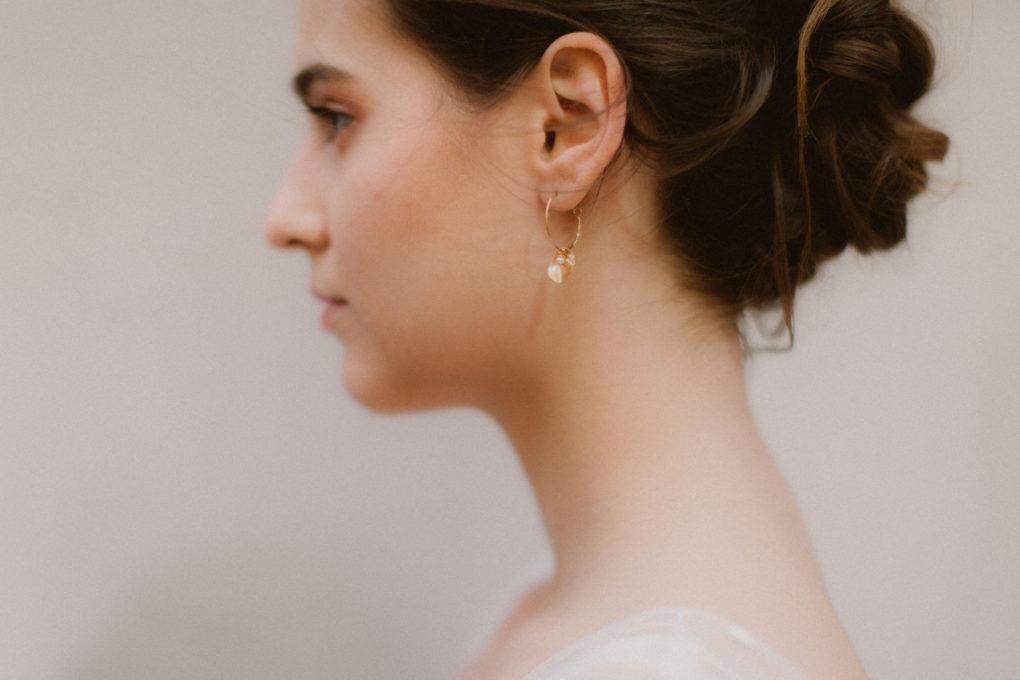 Plan rapproché sur la robe Maylis et les boucles d'oreilles de La Pépite By Pujol