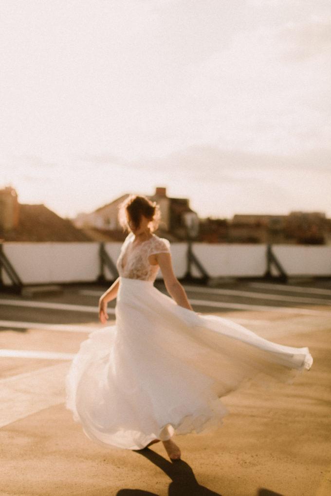 Photo de plein pied de la robe Naïs en mouvement