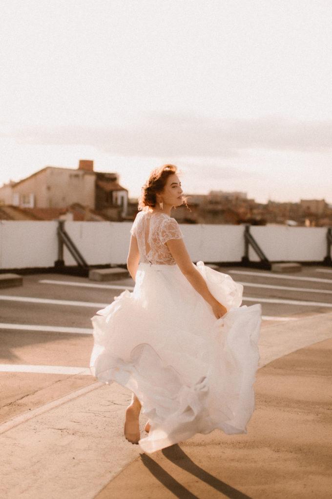 Photo de plein pied de la robe Naïs portée par une femme qui court
