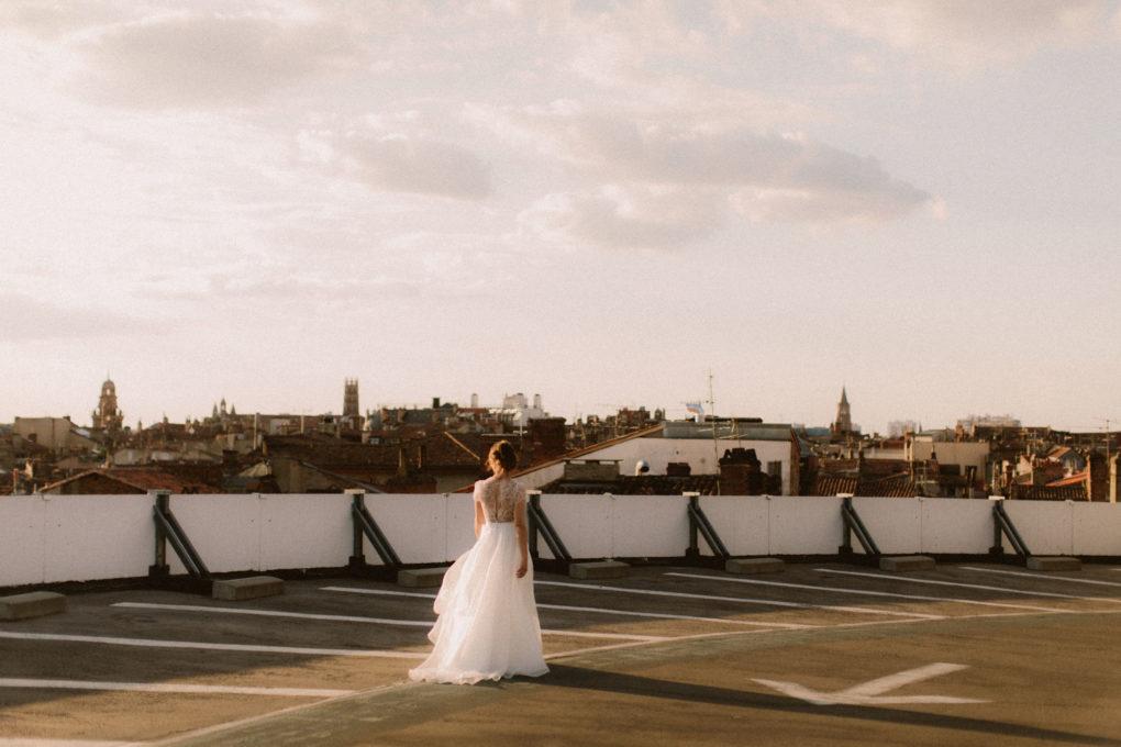 Plan d'ensemble de la robe Naïs surplombant la ville