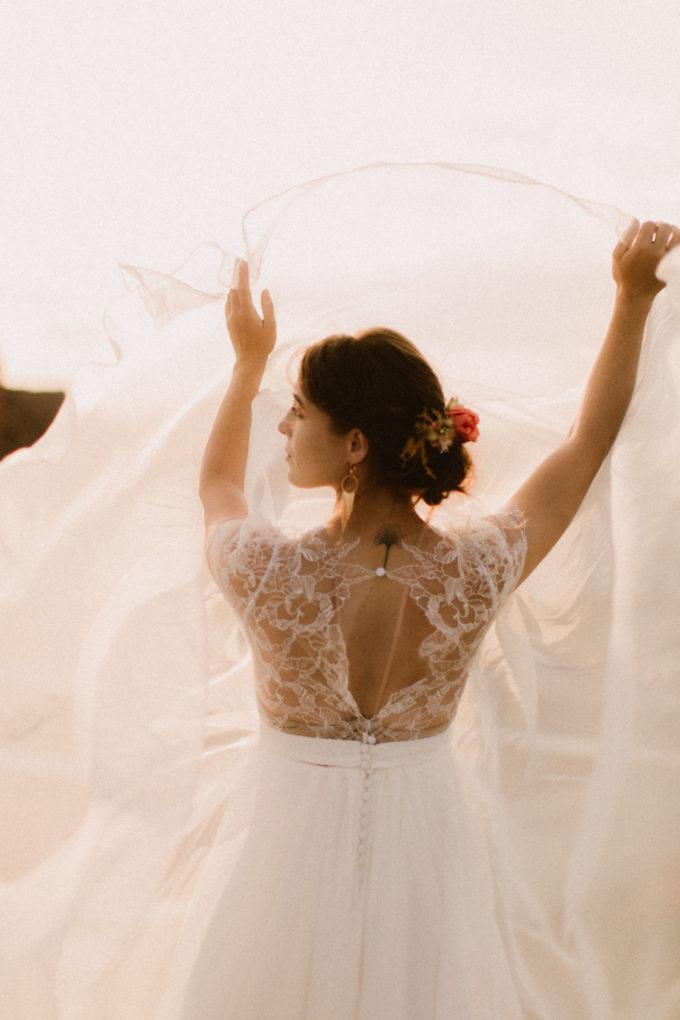 Photo plan taille de la robe Naïs de dos, en mouvement et des boucles d'oreilles de La Pépite by Pujol